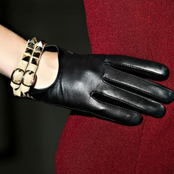 Fashion New 2017 Genuine Leather Adult Women Gloves Wrist Solid Rivet Style Goatskin Glove Short Black Driving Hot Sale Dc5901