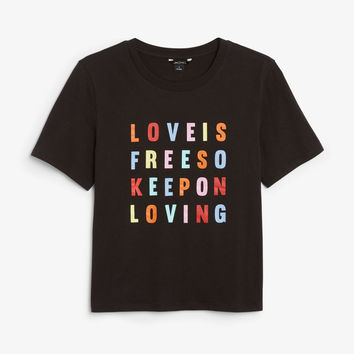 Statement tee - Love is free / Black - Tops - Monki GB