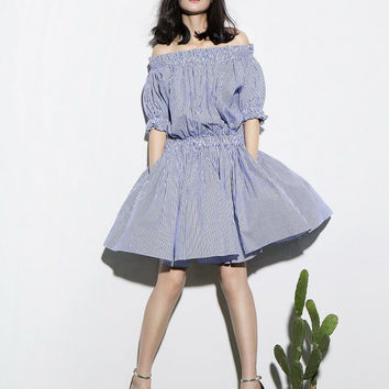 off shoulder dress in blue and white,stripe,short length,pleated,bubble sleeve,half sleeve,preppy,nautical style,made of cotton,oversize.