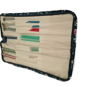 Knitting Needles Case and Lot of knitting neddles Vintage Quilted zip around knitting needle case organizer