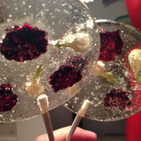 Natural lemon flavored lollipops with dried blackberries and jasmine flowers
