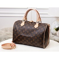Louis vuitton sells women's casual shoulder bags with fashionable printed duffel bags #4