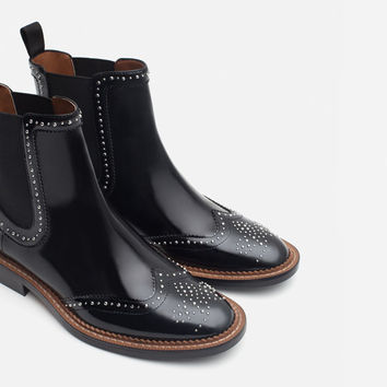 MICRO-STUDDED FLAT LEATHER BOOTIES