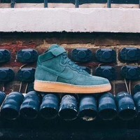 DCCKUN6 Nike Air Force 1 High '07 LV8 Suede  intage Green Gum AA1118-300