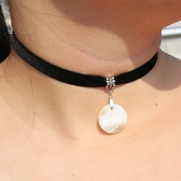 N2006 Gothic Velvet Chokers Necklaces For Women Shell Round Pendant Necklace Collares Fashion Jewelry Bijoux Colar Sale