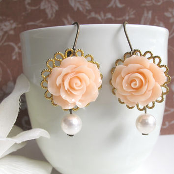 Peach Rose Flowers. Romantic Nature floral earrings. Heart Base. Wedding Bridal Style, White Pearls, Nickel Lead Free Dangle Drop earrings