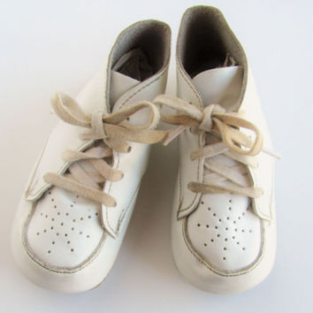 Vintage Baby Shoes White Leather Or Leatherette High Top Bootie For Beginning Walkers Doll Shoes Accessories