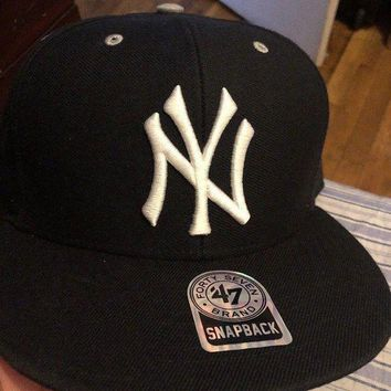 CREYIX5 New York Yankees Black and White '47 Brand Captain Snapback Cap NWT