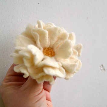 White Wool Felt Flower Pin Brooch, Felted Wool Brooch,Felt Flower Pin,Wool Flower,Wet Felted Corsage Brooch,winter inspired Christmas Gift