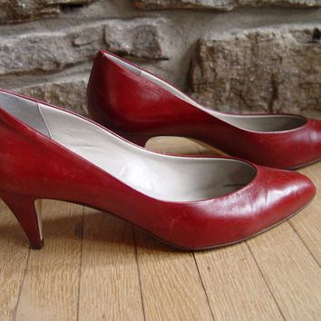 LOVELY Bright Red Bandolino Heels Size 7.5, 7 1/2 Made in Italy