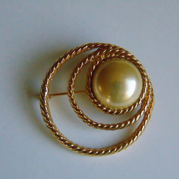 Vintage Gold tone Faux Pearl in 3 Circle Brooch