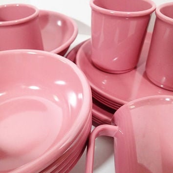 Mauve Pink Rubbermaid Dinnerware 17 piece set, 3 dinner plates, 5 cereal bowls, 4 salad plates, 4 cups  mugs, 1 serving bowl. 17 piece set