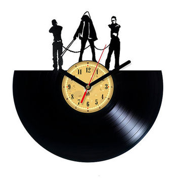 Vinyl Clock - Michonne - Walking Dead. Upcycling product made from vinyl records. Cool gift ideas for music lovers.