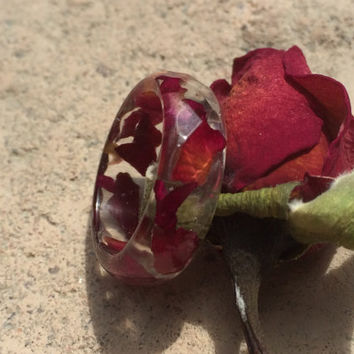 Faceted purple rose petal resin ring. Embedded flower ring. Plant resin ring
