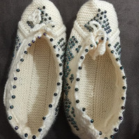 Freeshipping ..hand-knitted booties with beads..comfortable and hot..