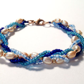 Blue Bracelet with Glass Beads and Peach Freshwater Pearls, Fall Gifts, Gift Ideas, Handmade Accessories, Pearls, Beaded Bracelet, Beads