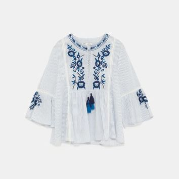 TOP WITH FLORAL EMBROIDERY Sky blue - L