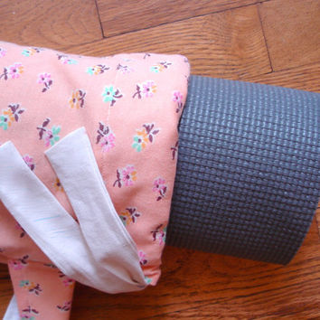 Yoga mat bag vintage peach floral material lined in upcycled white cotton. Fits standard sized mat. Holiday gift idea