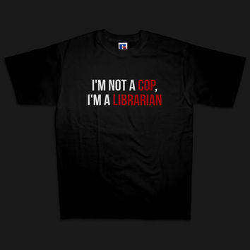 'I'm not a cop, I'm a librarian' men's t-shirt