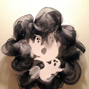 Halloween wreath. Ghost Halloween wreath with black and white deco mesh