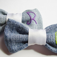 Personalized bow brooch made with upcycled jeans, choose your initial, font and thread colour, hand embroidered, made to order