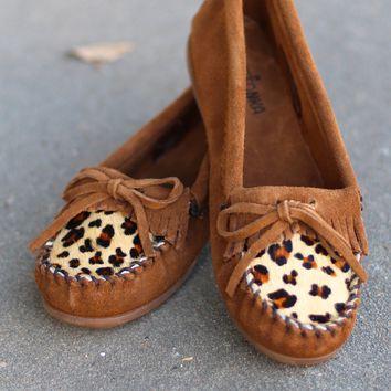 Minnetonka: Leopard Kilty Moccasin {Dusty Brown}