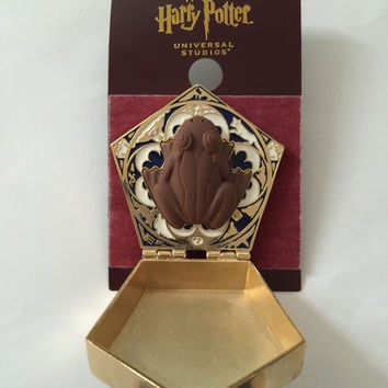 Universal Studios Wizarding World of Harry Potter Chocolate Frog Pin New Card