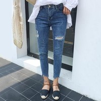 Distressed Silm-Fit Cropped Jeans