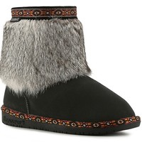 Boots with the fur? The Bearpaw Suni is an adorable upgrade to your favorite cozy booties this season. With its western inspired trim and super soft rabbit fur cuff, pull on the Suni and you will have a hot, cold weather style!