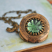 VINTAGE SPARKLE vintage green faceted crystal glass jewel locket necklace in antiqued brass