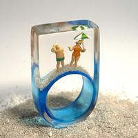 Summer breeze – summerlike beach figure ring with mini figures, sunshade and sand on a light blue ring made of resin for the holiday feeling