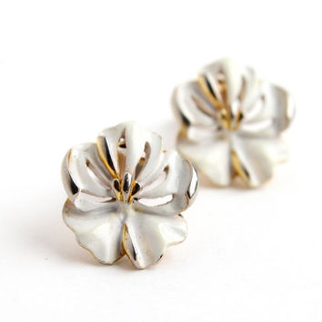 Vintage White Flower Clip On Earrings -  Mid Century 1960s White Violet Costume Jewelry / Summer Florals