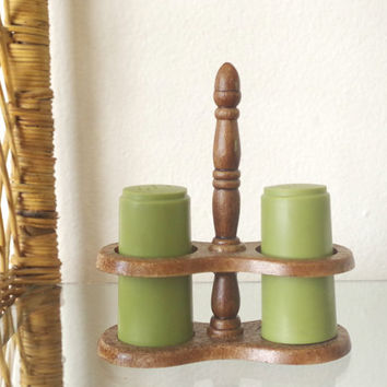 vintage salt and pepper set // 1970s plastic shaker set // salt shaker pepper shaker // green salt and pepper set // salt and pepper caddy