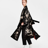 CONTRASTING EMBROIDERED KIMONO DETAILS