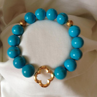 Turquoise Howlite beaded bracelet with Gold Clover   orianalamarca