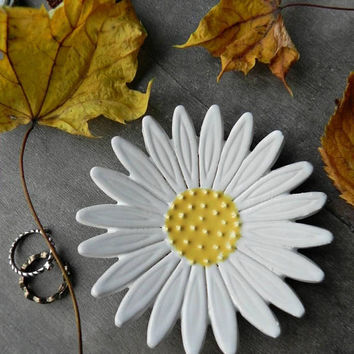 Daisy Ceramic Ring Dish, Gardening Gift, White Flower Pottery, Botanical Gift, Jewelry Plate,  Home Decoration, Flower Trinket Dish, X-mas