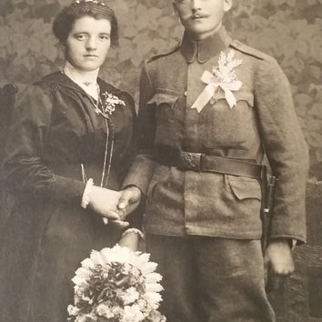 WW1 old Photo Postcard Photo Soldier with wife Vintage collectible mütze hübsche frau written postcard militaria couple bayonet military