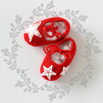 Handknit baby shoes. Felt stars. Red. 100% merino wool. Christmas.