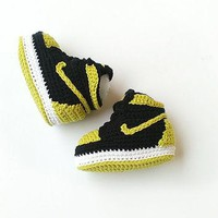 Crochet baby Air Jordan, Jordan baby shoes, Crochet slippers, Black and lime green boo
