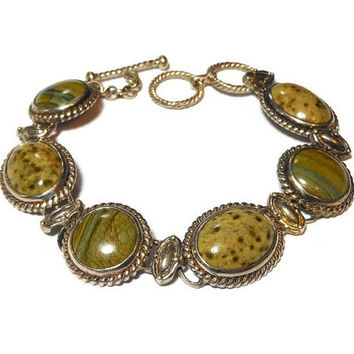 Green stone bracelet, natural stone probably jasper or agate, rope frame striated cabochons alternating with mottled ones via links