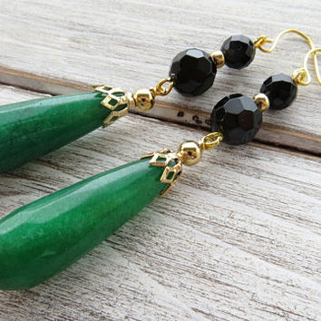 Green emerald jade earrings, long drop earrings, black onyx earrings, gemstone earrings, dangle earrings, contemporary jewelry, gioielli
