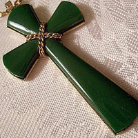 Green Jade Necklace Gold Tone Link Chain Vintage Avon 1975 Juliet Cross
