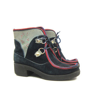 Vintage 1970s Snow Boots made in Italy Sherpa Lined Leather Suede Snowboots Blue Gray Floral Boho Chunky Lace Up Booties Womens US 8 EU 39