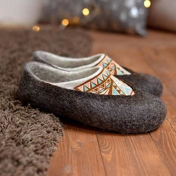 Felted slippers- woman wool slippers- boho slippers- home shoes- wool clogs- black woo