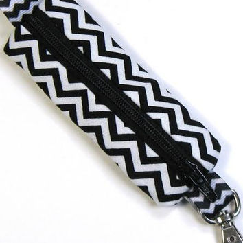 GracieDesigns Black & White Chevron Print Lip Cozy