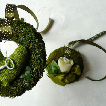Set of 2 small green wreaths. Green wreaths of moss. Green little heart, white small key, white artificial rose. Spring for her. Home decor.