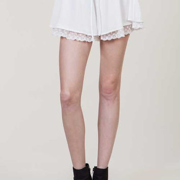 (amm) Overlay lace trimming white shorts.