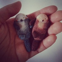 "piiqshop - Market Place - PAIR of ""otterly sweet"" otter brooch holding hands"