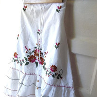 Vintage Bohemian Gpysy SKirt. White Peasant Skirt. Mexican Wedding Skirt. Embroidery flowers. Flaired Hemline. Size Small Medium