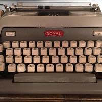 Royal Futura 800 working manual typewriter with case